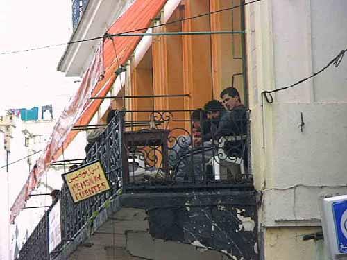a03-tanger-mannen-op-balkon